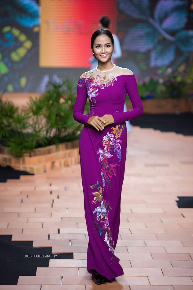 Tân hoa hậu H'hen Niê duyên dáng và chững chạc với phong cách cổ điển.