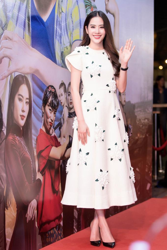 Nam Em diện váy trắng tinh khôi ra mắt phim điện ảnh mới