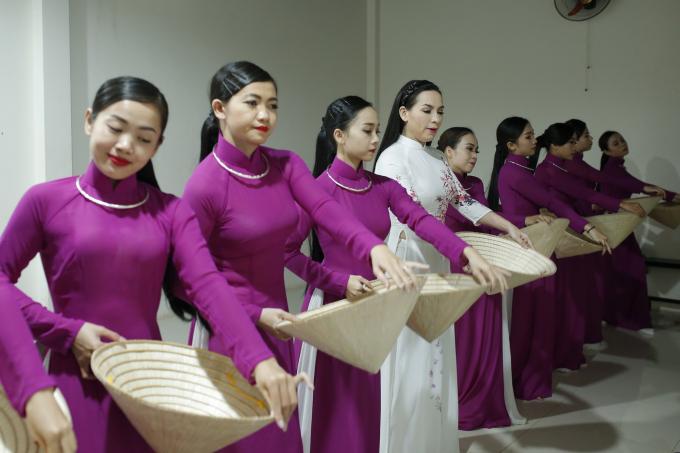 Phi Nhung lần đầu kể chuyện nhận nuôi 21 đứa con