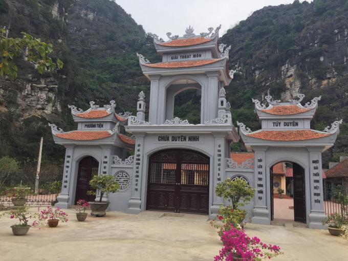 Chùa Duyên Ninh nằm ở làng cổ Chi Phong, xã Trường Yên, huyện Hoa Lư, Ninh Bình.