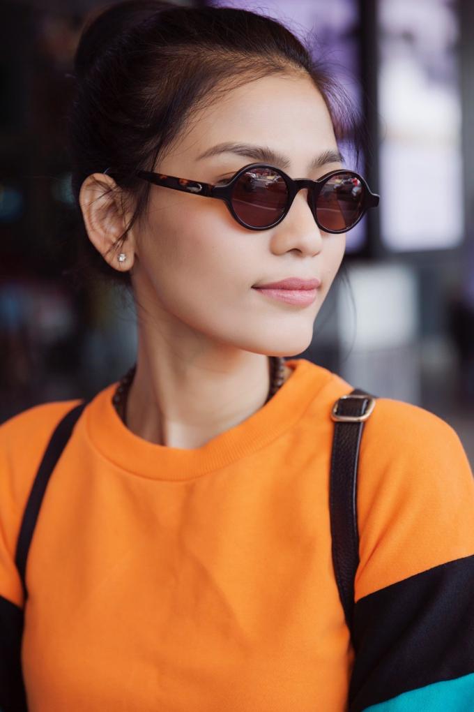 Diện chiếc áo thun dài tay màu sắc trẻ trung cùng chiếc váy xếp ly nữ tính, Trương Thị May khoe khéo hình ảnh mới mẻ của mình và sự biến hóa liên tục mỗi khi xuất hiện.