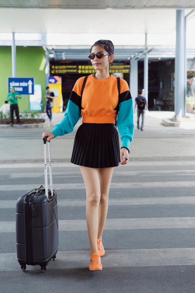 Người đẹp không giấu sự hào hứng khi có mặt tại sân bay Tân Sơn Nhất, chuẩn bị đáp chuyến bay cùng đoàn phim đến thành phố hoa Đà Lạt để tham gia dự án điện ảnh mới của mình.