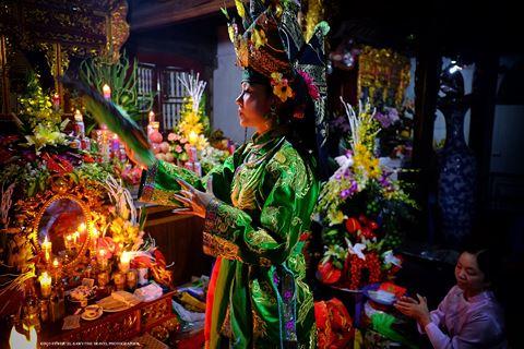 Một bà đồng tại đền Tam Phủ, Hà Nội. Ảnh: Tewfic El-Saw