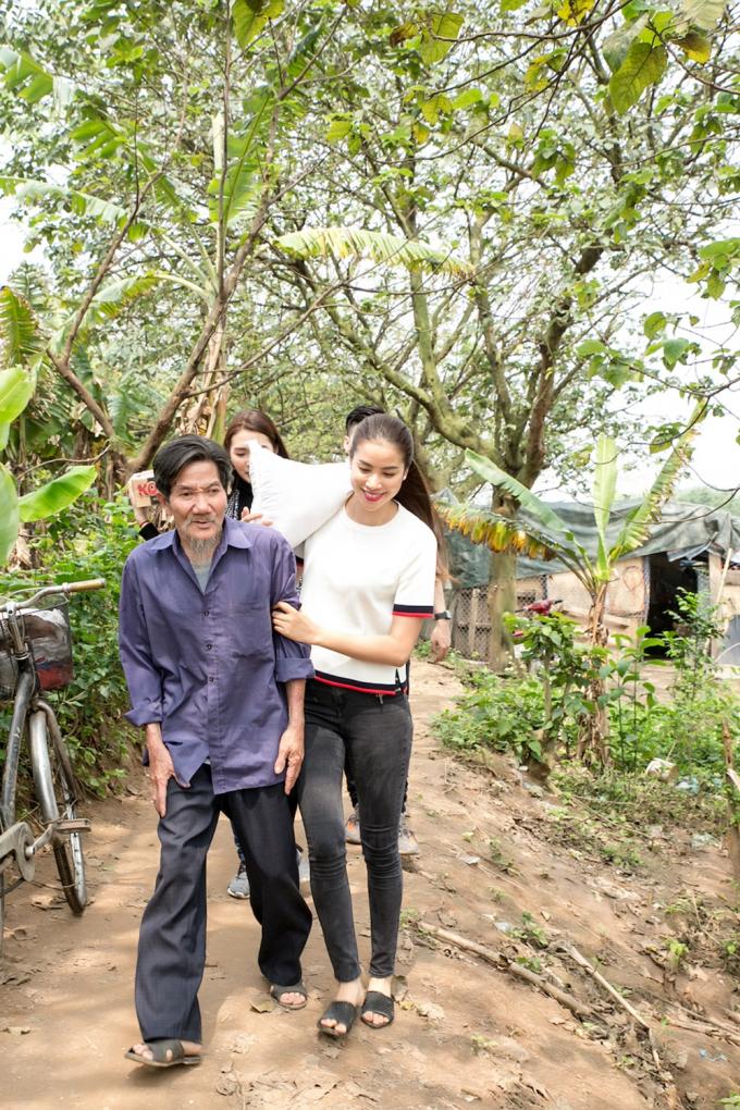 Phạm Hương, Tường Linh ân cần thăm hỏi người dân bãi giữa sông Hồng