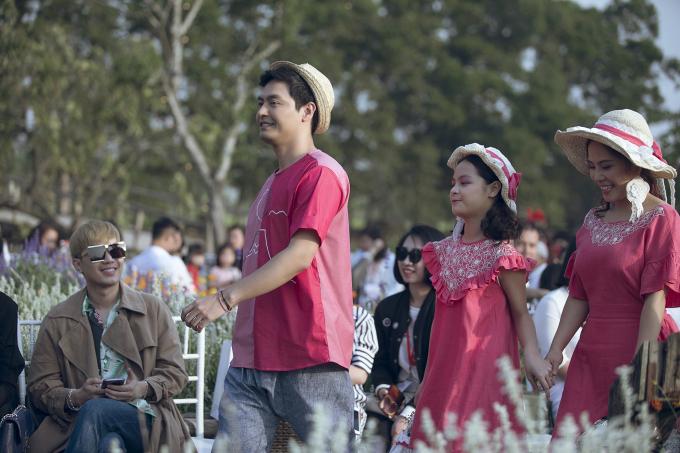 Gia đình MC Phan Anh rạng rỡ sắc hồng trình diễn thời trang trong khu vườn cổ tích