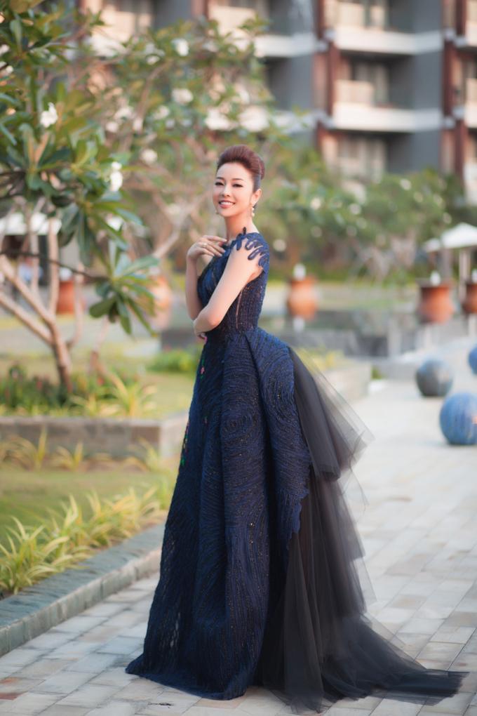 Chuẩn bị rất kỷ lưỡng về trang phục cũng như hình ảnh, cô nổi bật ở mọi góc nhìn.