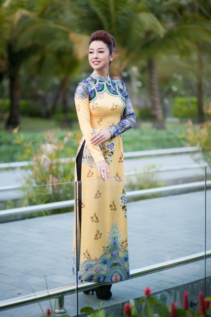 Xuất hiện trong sự kiện tại Phú Quốc tối qua, Hoa hậu châu Á tại Mỹ khoe nhan sắc trẻ trung và quyến rũ khó cưỡng dù đã bước qua tuổi 30 từ lâu khiến nhiều đàn em trẻ đẹp trong showbiz phải nể phục.