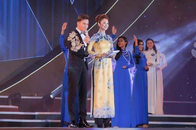 Mỹ nhân lựa chọn lối trang điểm nhẹ nhàng, kiểu tóc búi cao thanh lịch. Là mẹ 3 con nhưng Hoa hậu Jennifer Phạm vẫn vô cùng trẻ trung.