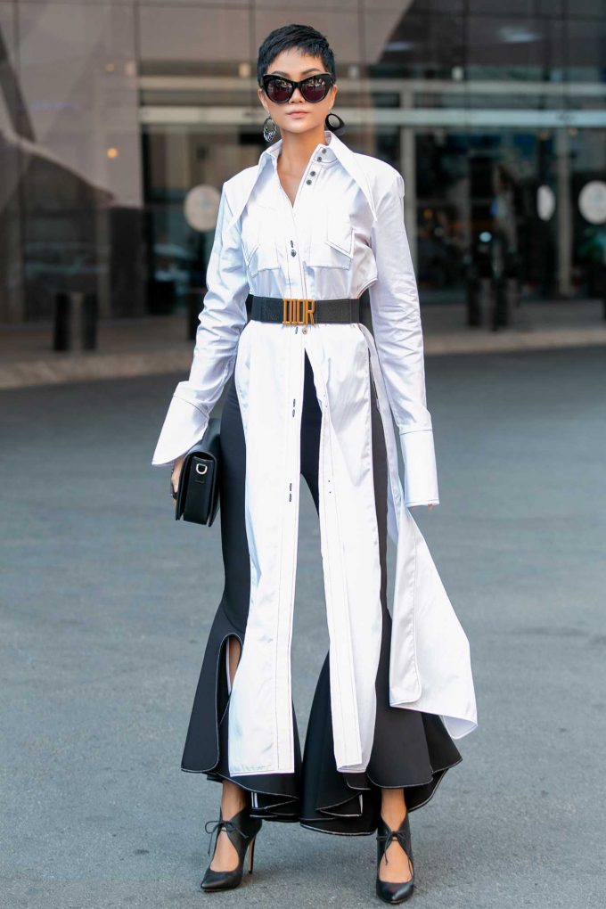 Hoa hậu H'Hen Niê rạng rỡ khoe dáng giữa phố với trang phục Street Style