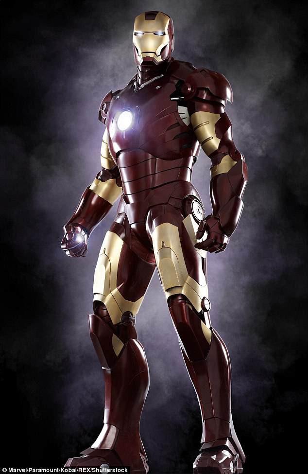 """Bộ giáp hai màu đỏ - vàng từng được sử dụng trong bộ phim đầu tiên làm về Người Sắt - """"Iron Man"""" (2008) - với diễn xuất ấn tượng của nam diễn viên Robert Downey Jr."""