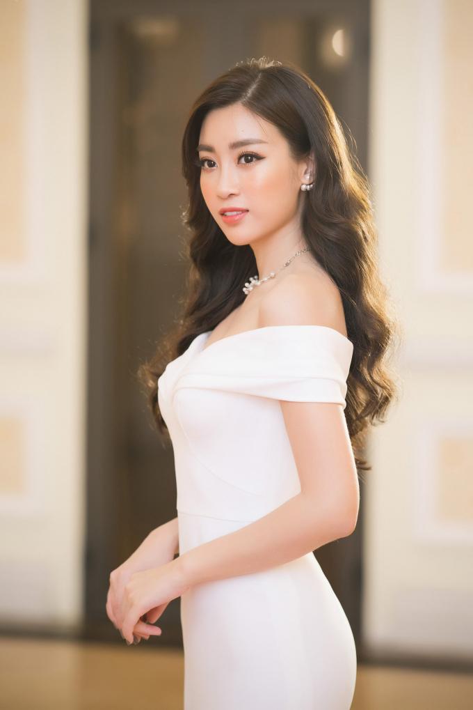 """Đến với buổi lễ trao giải, hoa hậu """"gây thương nhớ"""" bằng sự thanh thoát của mình trong trang phục đầm trắng của NTK Lê Thanh Hòa."""