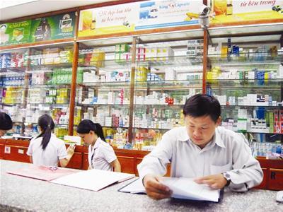 Thanh tra Bộ Y tế đang kiểm tra hoạt đông của một nhà thuốc. Ảnh minh họa