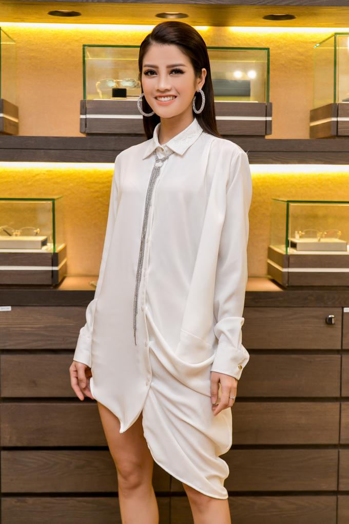 Hoa hậu H'hen Niê diện đầm xẻ tà, khoe nhan sắc quyến rũ trong màu son đỏ