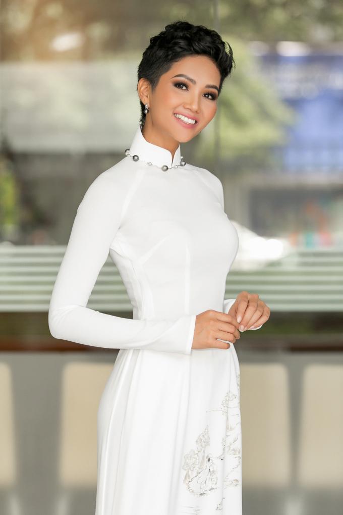 Hoa hậu H'hen Niê khoe nhan sắc cực ấn tượng qua kiểu tóc uốn nhẹ