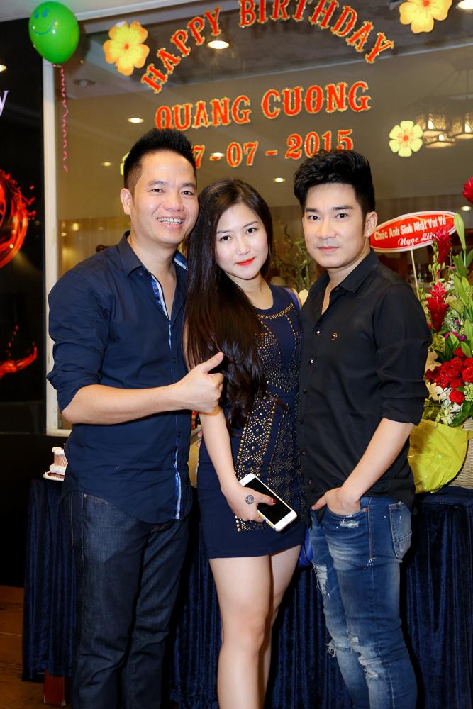 Quang Hà cùng quản lý Quang Cường chụp ảnh kỉ niệm cùng Hương Tràm.