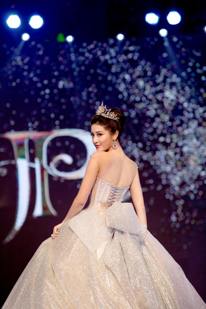 Khoác lên mình chiếc váy bồng màu bạc trắng lung linh nặng đến 25 kg, Huyền My biến thành nàng công chúa bước ra từ cổ tích.