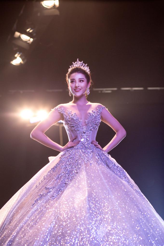 Kết thúc BST của JoliPoli là Á Hậu Huyền My - Miss Grand VietNam 2017.