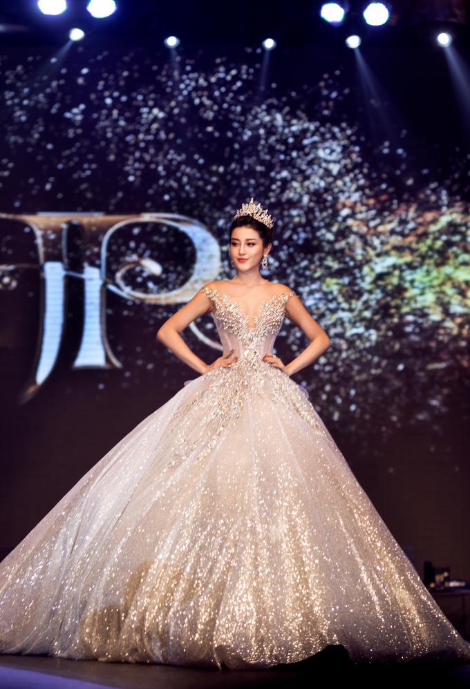 Hồ Ngọc Hà diện váy xuyên thấu, Huyền My hóa công chúa lộng lẫy trong BST của NTK Anh Thư