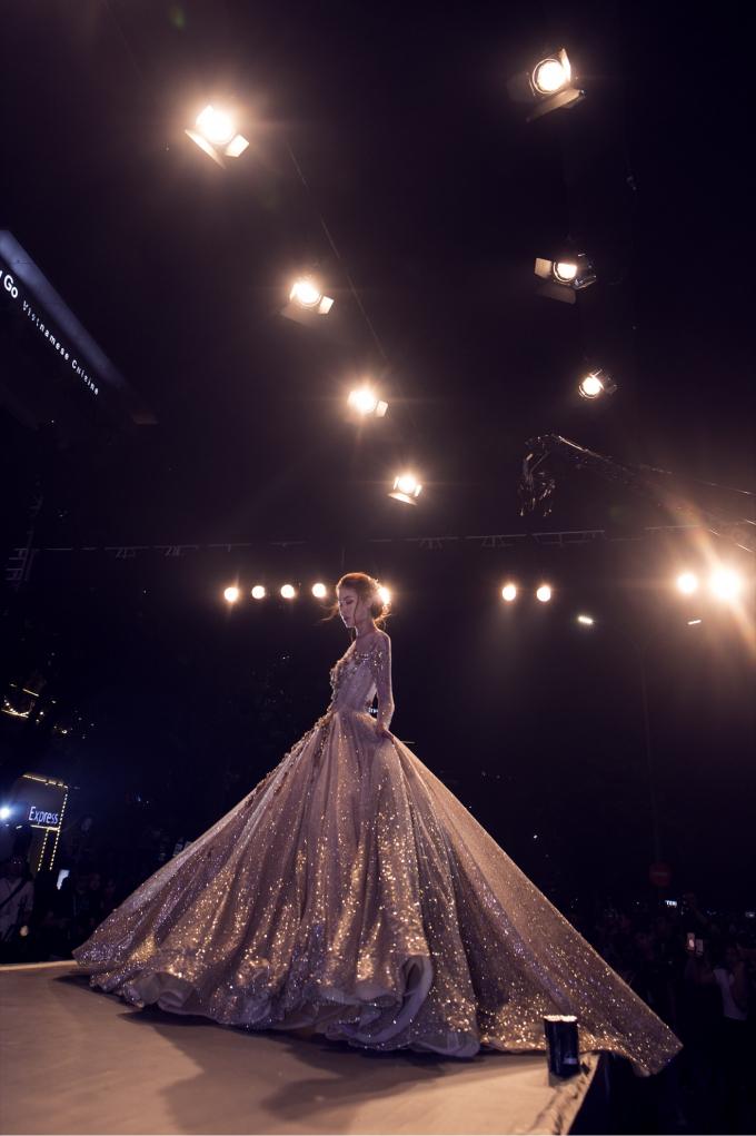 Những chiếc váy cưới tinh tế lấp lánh như những vì sao với cấu trúc corset tôn vinh những đường cong mềm mại và uyển chuyển.