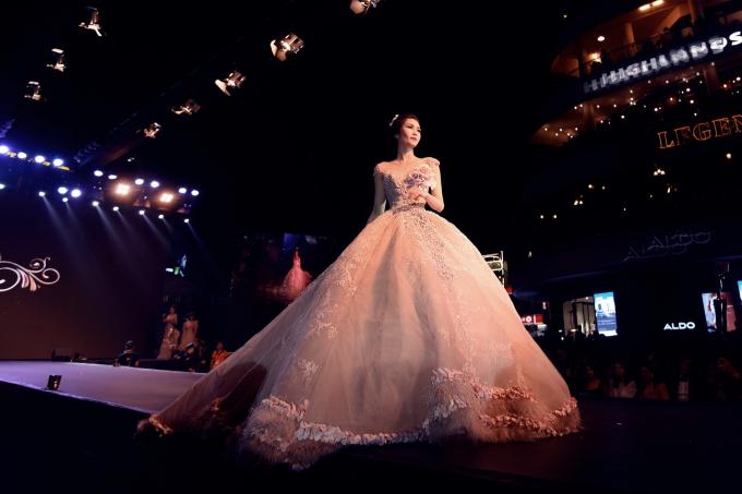 Xuất hiện lần đầu tiên tại Hà Nội trong đêm diễn mở màn VietNam Wedding Fashion, nhà thiết kế Phạm Đăng Anh Thư, thương hiệu JoliPoli trình diễn BST thu đông cho mùa cưới 2018.