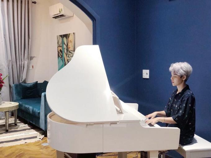 Vũ Cát Tường chơi đàn piano.