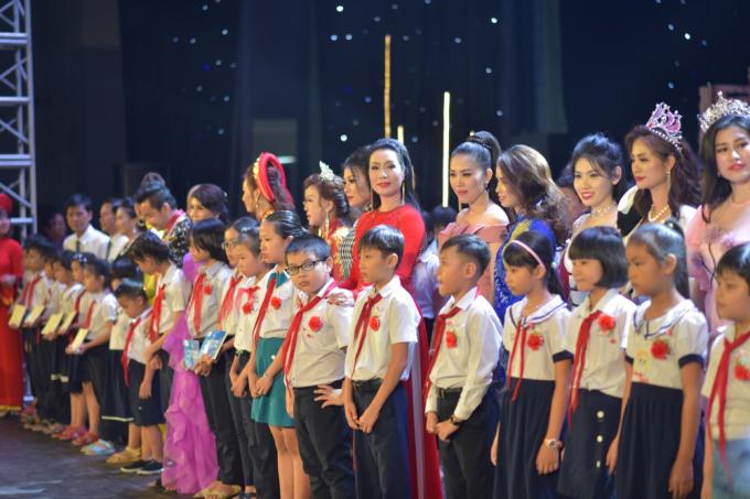 Hồng Minh The Voice Kids ngày nào giờ hoá thiếu nữ xinh đẹp trong đêm diễn