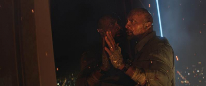 Chỉ với dụng cụ hỗ trợ thô sơ là băng dính cuốn đầy bàn tay và đế giầy, Will Sawyer vẫn quyết định lao ra bên ngoài tòa tháp để đến với tua – bin của tòa Tháp Ngọc.