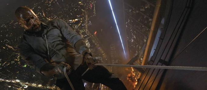 Bên cạnh đó là một sợi dây thừng mà anh vừa mới kiềm được bên trong tòa tháp, không biết độ chắn chắn đến đâu.