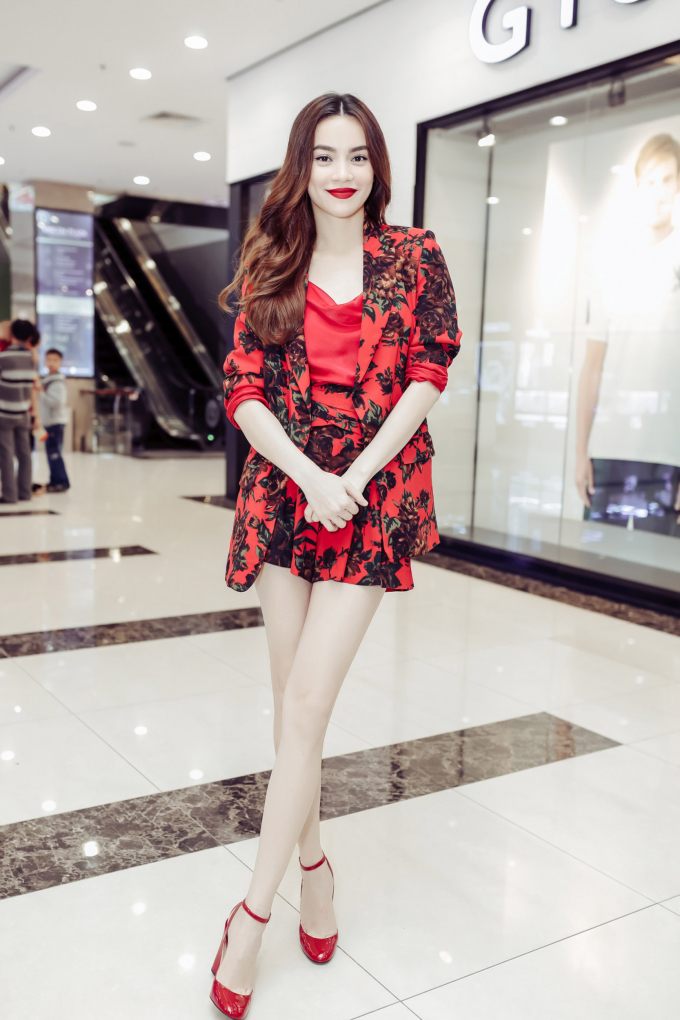 Hà Hồ diện suit đỏ nổi bật, khoe chân dài nuột nà khiến fan