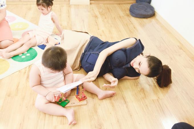 Bật cười với hình ảnh Trấn Thành nằm dài trên sàn nhà sau một ngày mệt mỏi làm thầy giáo