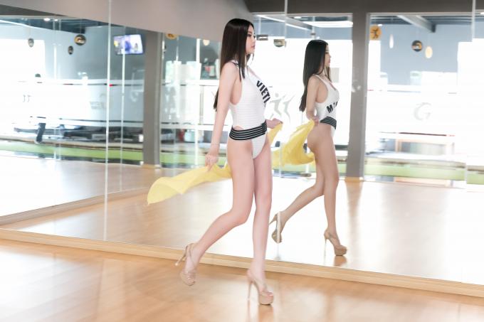Suốt 2 tuần vừa qua, Ngân Anh miệt mài tập luyện cùng chuyên gia đào tạo hoa hậu hàng đầu Philippines này.