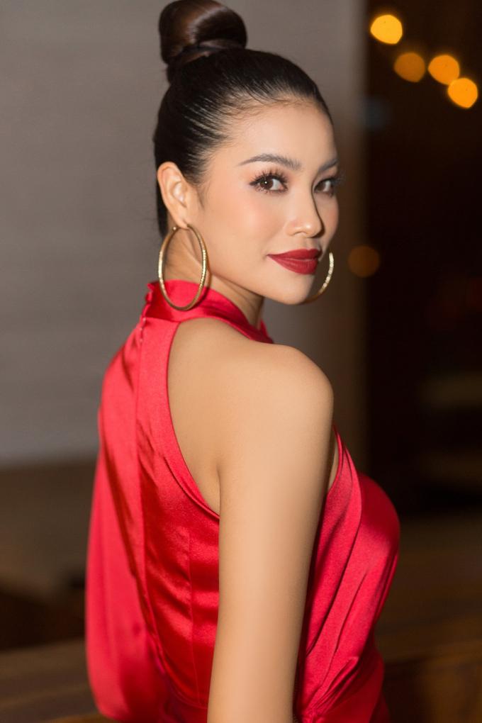 Phạm Hương diện đầm đỏ rực, liên tiếp xuất hiện tại các event