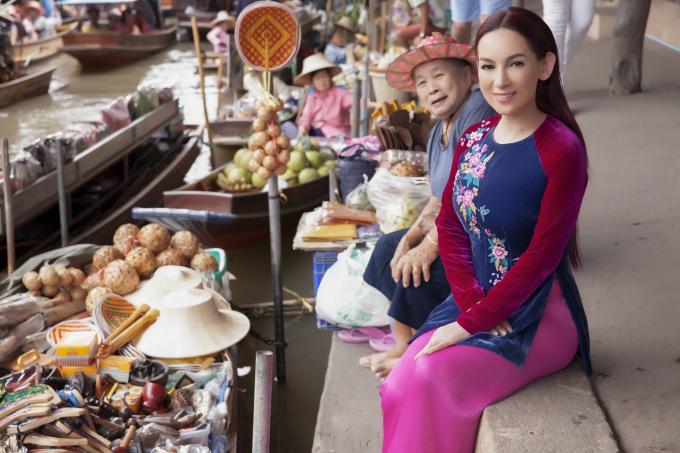 Phi Nhung duyên dáng áo bà ba trên chợ nổi Thái Lan khiến du khách trầm trồ ngợi khen