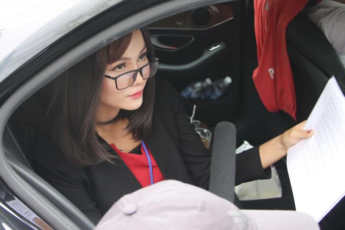 """Hoa hậu H'hen Niê """"dở khóc dở cười"""" khi cải trang phỏng vấn người đi đường"""