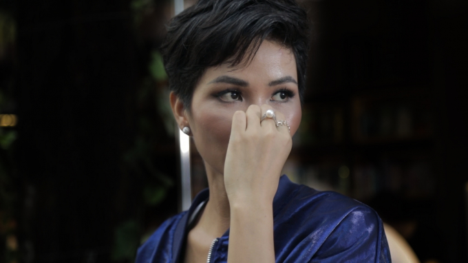 Hoa hậu H'Hen Niê quyết tâm bán sách xây dựng thư viện Room To Read