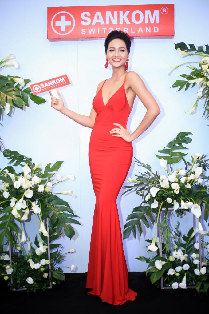Hoa hậu H'hen Niê khoe dáng cực chuẩn với đầm đỏ quyến rũ