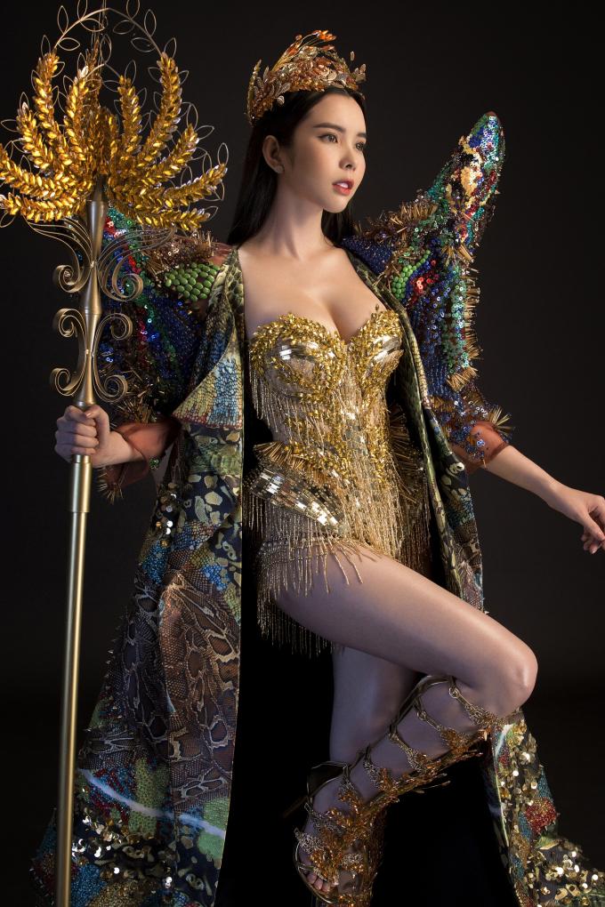 Quyền trượng nặng gần 10kg được làm bằng chất liệu inox và được phủ lên một lớp sơn vàng đồng nhằm tạo nên sự hài hòa về màu sắc trong tổng thể của bộ trang phục.