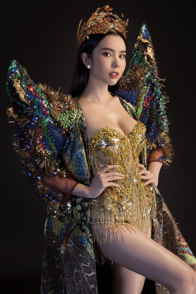 Bộ trang phục được chia ra làm hai phần, phần body suit bên trong và bộ áo choàng được mặc ở bên ngoài.