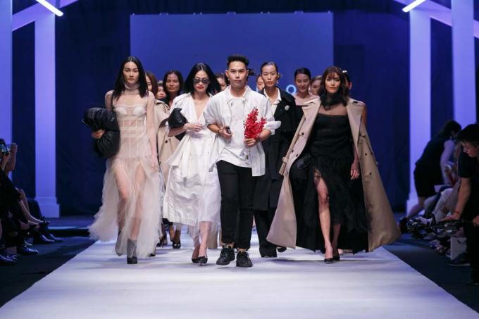Siêu mẫu Lan Khuê diện đầm đen kiêu kỳ làm vedette trên sàn diễn Vietnam International Fashion Week Thu Đông 2018
