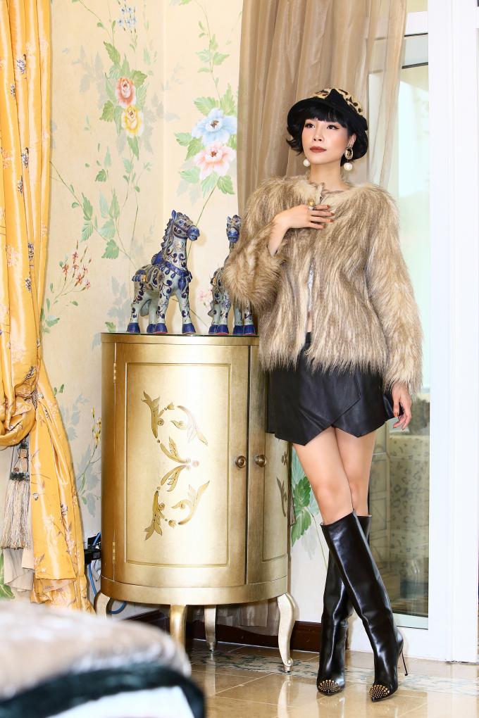 40 tuổi, siêu mẫu Vũ Cẩm Nhung vẫn đầy cá tính với những sét đồ thời thượng