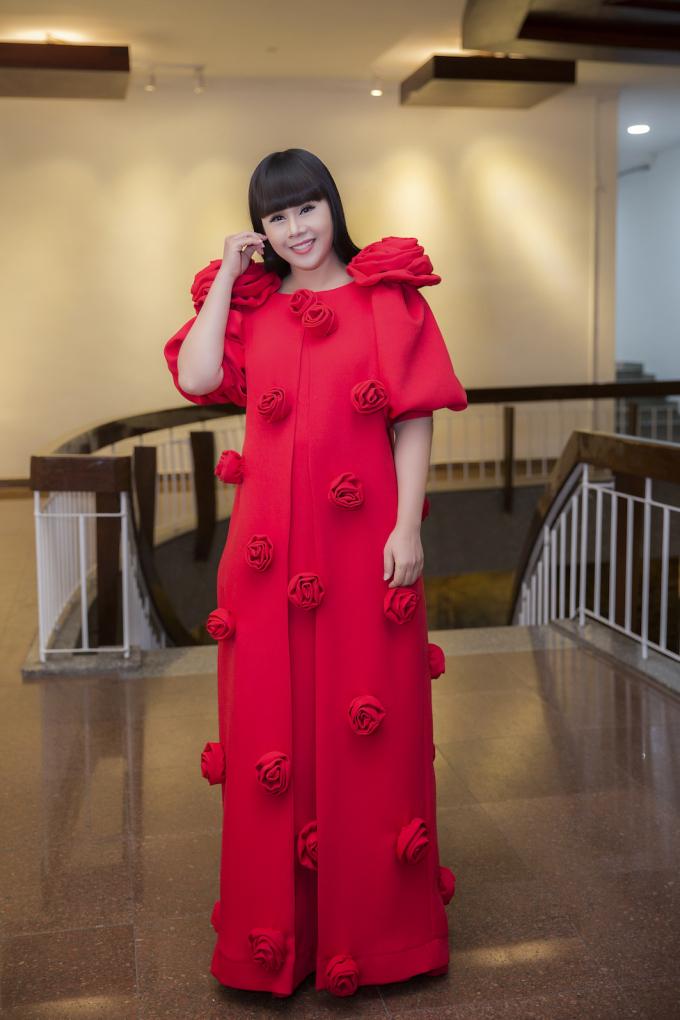 Ngây ngất bộ đầm đính hoa đang thịnh hành nhất hiện nay do hoa hậu Hằng Nguyễn thiết kế