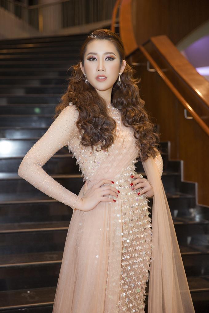 Trên thảm đỏ, người đẹp chọn phong cách nữ hoàng với bộ váy dạ hội lộng lẫy của nhà thiết kế Chung Thanh Phong. Cô chọn kiểu tóc uốn cầu kỳ tô điểm thêm ngoại hình của mình khi xuất hiện.