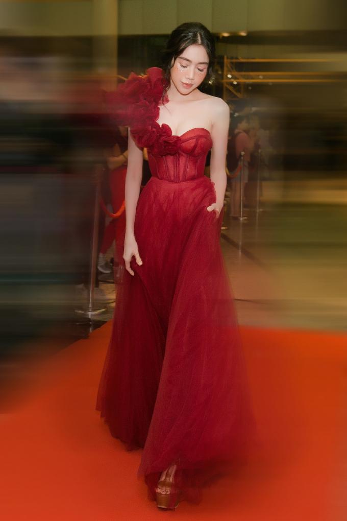 Người đẹp còn đầu tư trang điểm với phần kim tuyến trên gương mặt, giúp cô trở thành tâm điểm trên thảm đỏ.