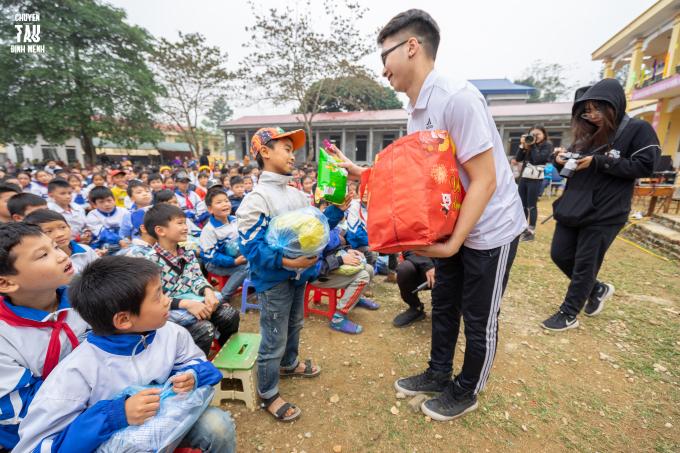 Hành trình chia sẻ yêu thương tới tỉnh Hoà Bình của sinh viên trường Báo