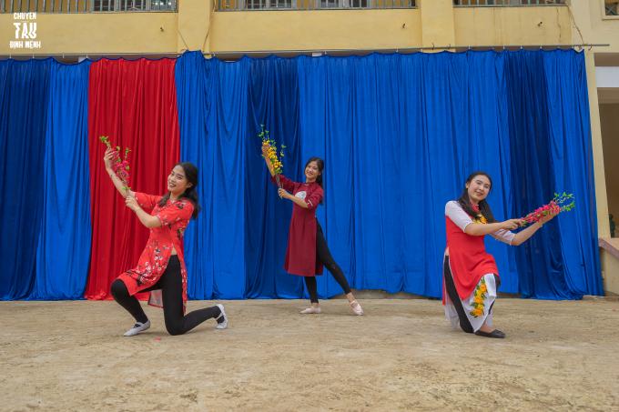 Tiết mục múa mở màn 'Hà Nội 12 mùa xuân' được trình diễn bởi các thành viên Đội Vũ Đạo đã làm nóng không khí trên sân trường Tiểu học và THCS Kim Sơn.