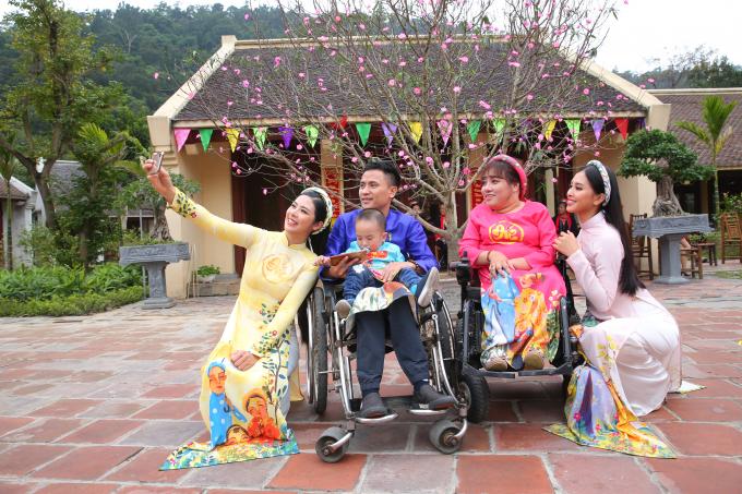 Ngọc Hân, Tiểu Vy diện áo dài trong chương trình Tết của VTV