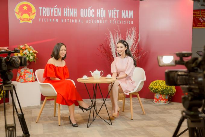 Mất passport 1 ngày trước khi lên đường, Hà Thu vẫn rạng rỡ đi ghi hình talkshow truyền hình