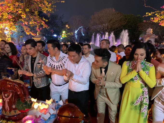 Danh ca Ngọc Sơn cưỡi thuyền rồng, hát Quan họ và tặng vàng cho khán giả Bắc Ninh