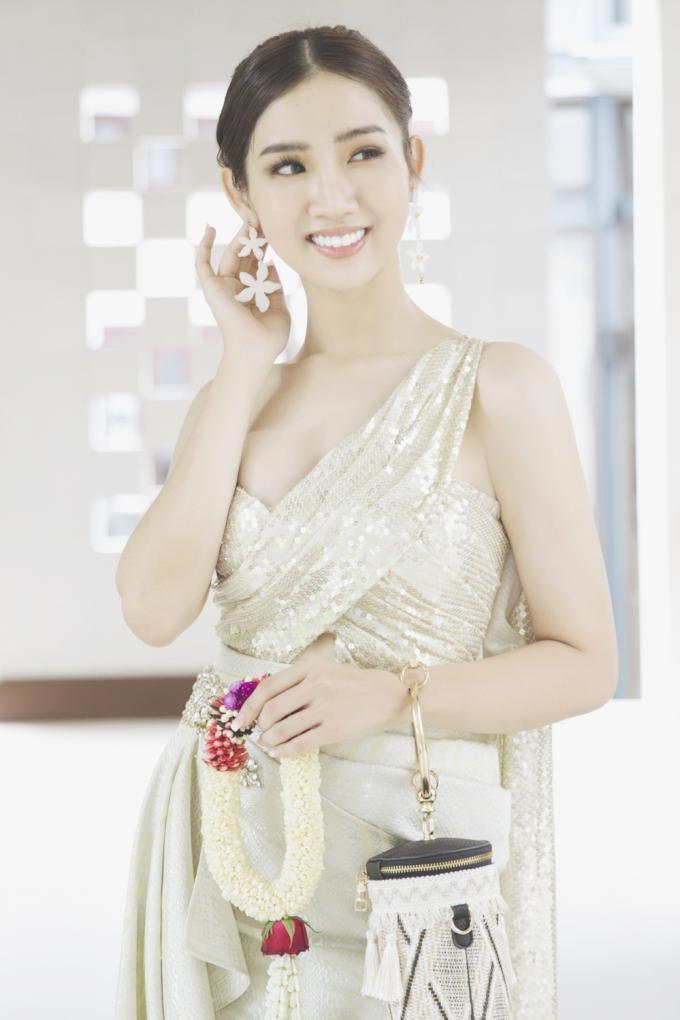 Mới bắt đầu cuộc thi Nhật Hà đã nổi bật bởi vẻ đẹp ngọt ngào và khả năng nói tiếng anh cực tốt