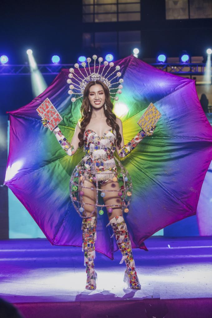 Đỗ Nhật Hà tỏa sáng với trang phục dân tộc tại Miss International Queen 2019